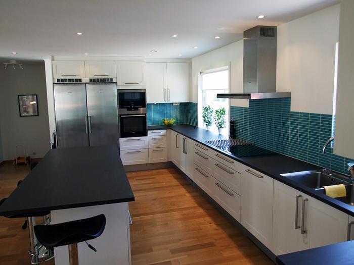 Paneltak Kok : Utbyggnad och renovering av kok Inkluderade rivning av sovrum Nya